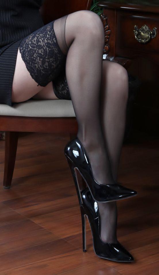 zgrabne nogi w pończochach
