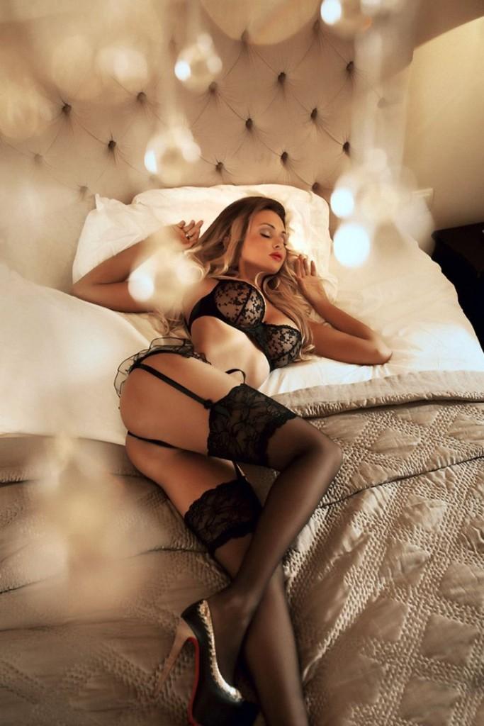 fajna laska w łóżku
