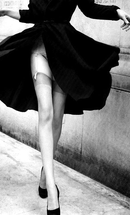 Długie, zgrabne nogi w pończochach