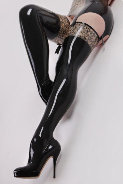 zgrabne długie nogi w latexowych pończochach
