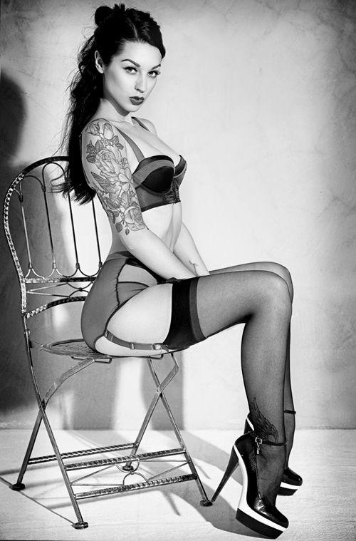 Zgrabna laska w pończochach z tatuażem