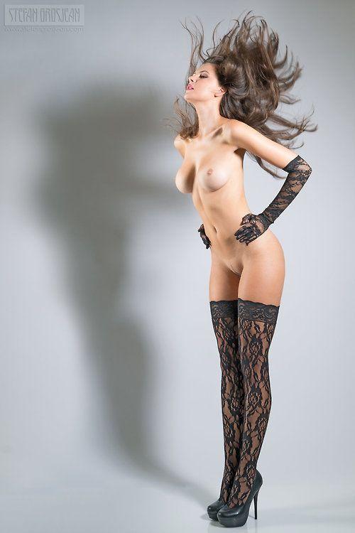 Piękna naga kobieta tylko w pończochach i szpilkach