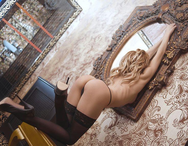 Fajna dupcia przed lustrem się wypina