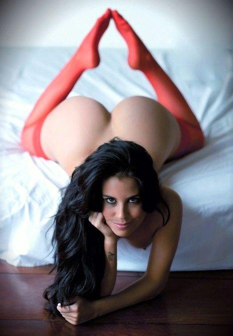 Super laska w czerwonych pończochach topless