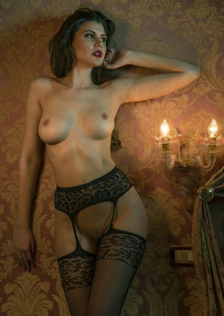 Super dziewczyna topless w ponczochach