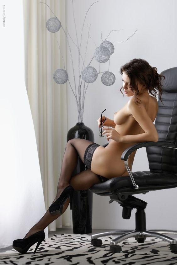 Topless w pończochach w biurze